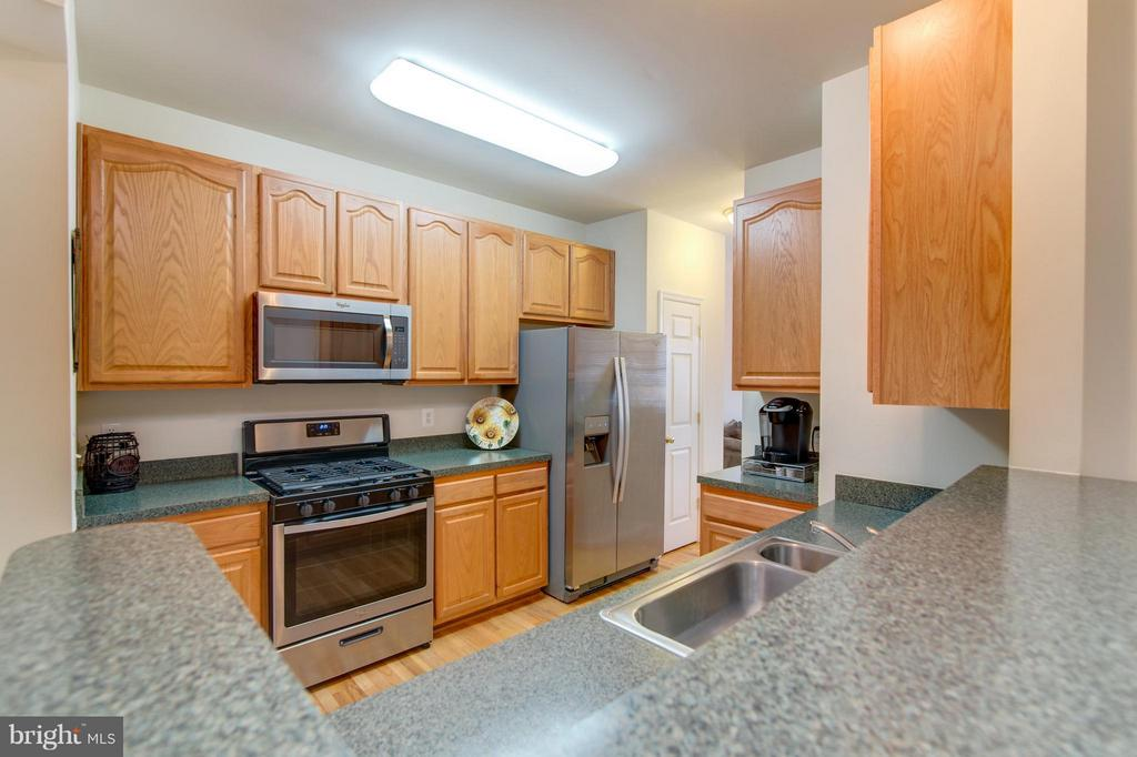 Lots of cabinets and a pantry too! - 9886 SOUNDING SHORE LN, BRISTOW