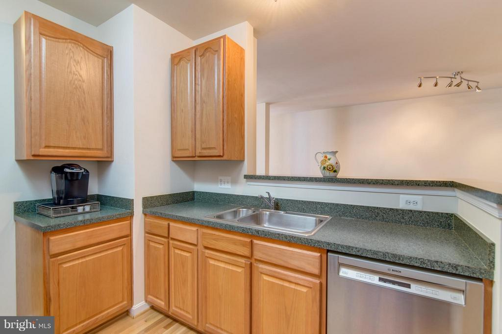 Countertop workspace and room to serve at the bar! - 9886 SOUNDING SHORE LN, BRISTOW