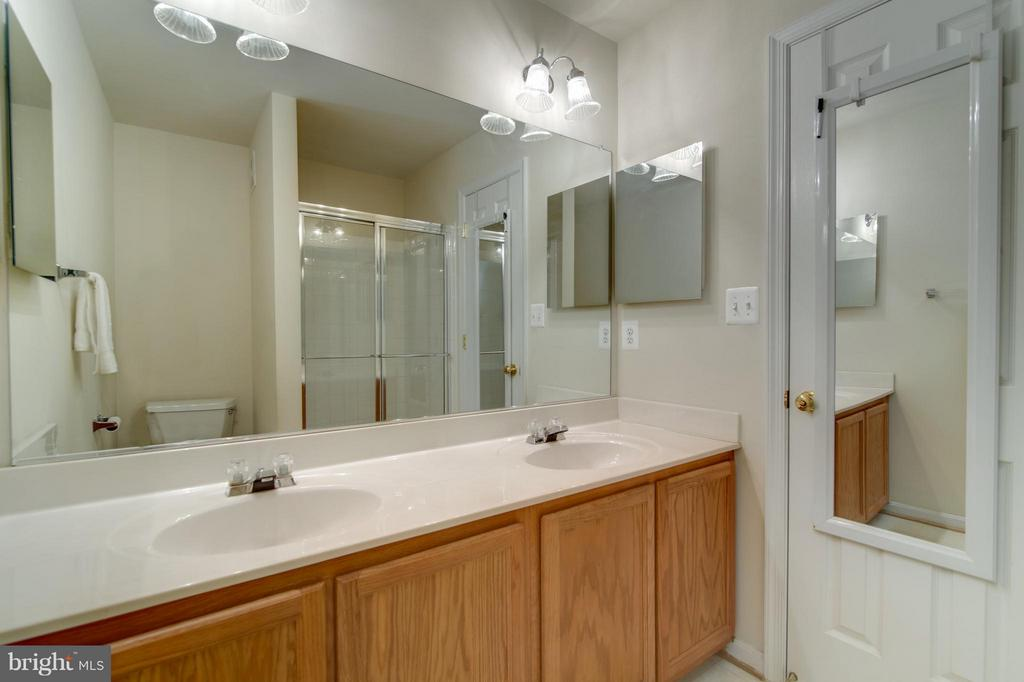 Dual vanity and so many cabinets! - 9886 SOUNDING SHORE LN, BRISTOW