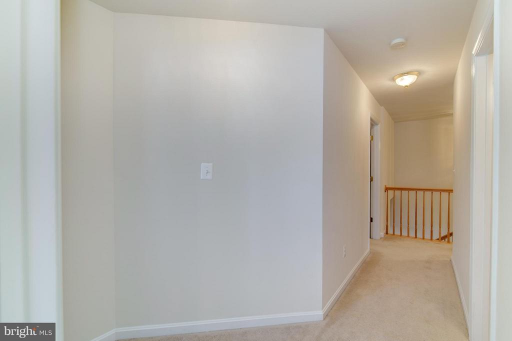 Nice hall separates master bedroom from bedrooms - 9886 SOUNDING SHORE LN, BRISTOW