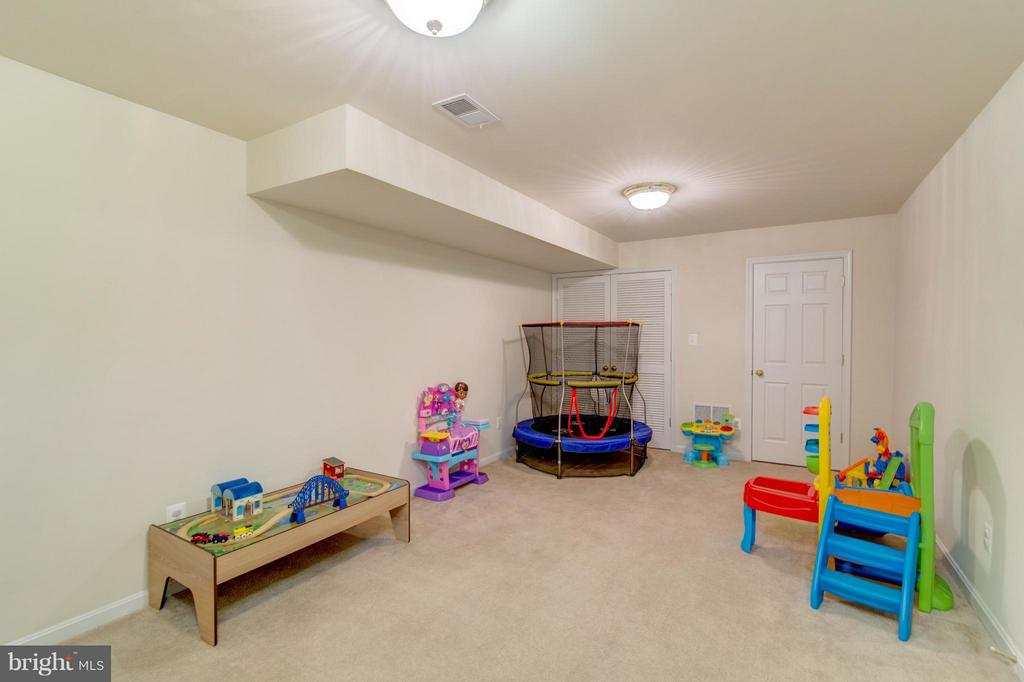 This room has many options- family time, playtime - 9886 SOUNDING SHORE LN, BRISTOW