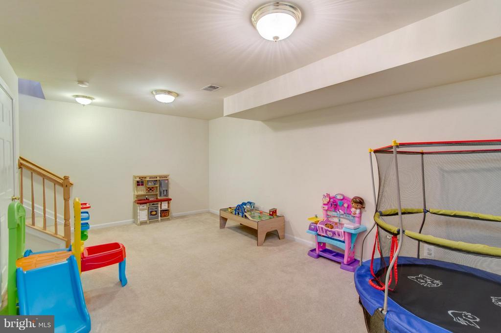 This room is so big and opens into the garage. - 9886 SOUNDING SHORE LN, BRISTOW
