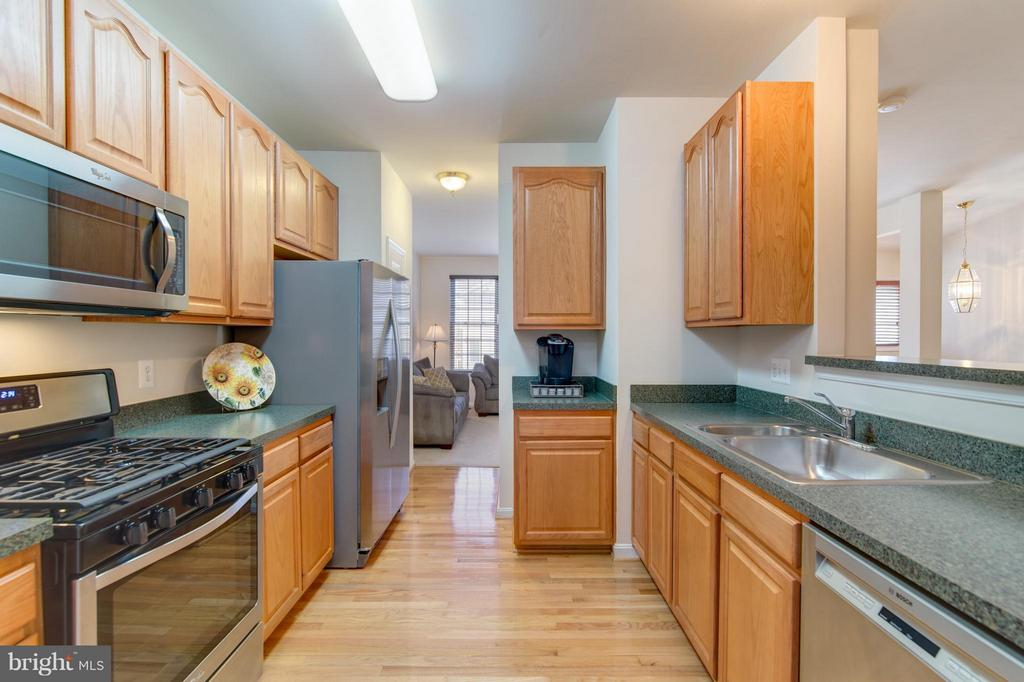 New stainless appliances! So many cabinets! - 9886 SOUNDING SHORE LN, BRISTOW
