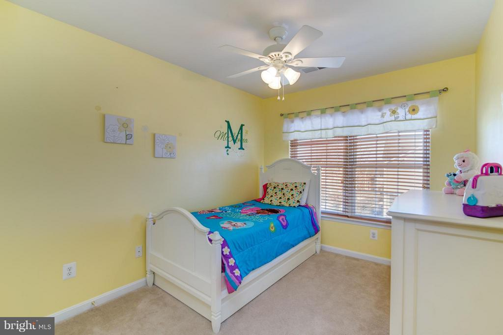 So much natural light in the spacious bedroom! - 9886 SOUNDING SHORE LN, BRISTOW