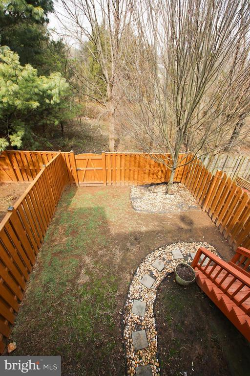 Fenced yard with stairs to upper level deck - 545 RICHMOND SQ NE, LEESBURG