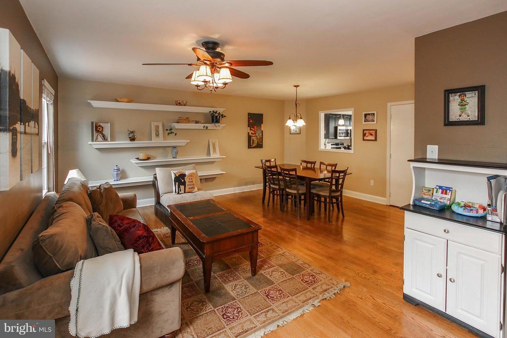 Large living/dining space - 545 RICHMOND SQ NE, LEESBURG