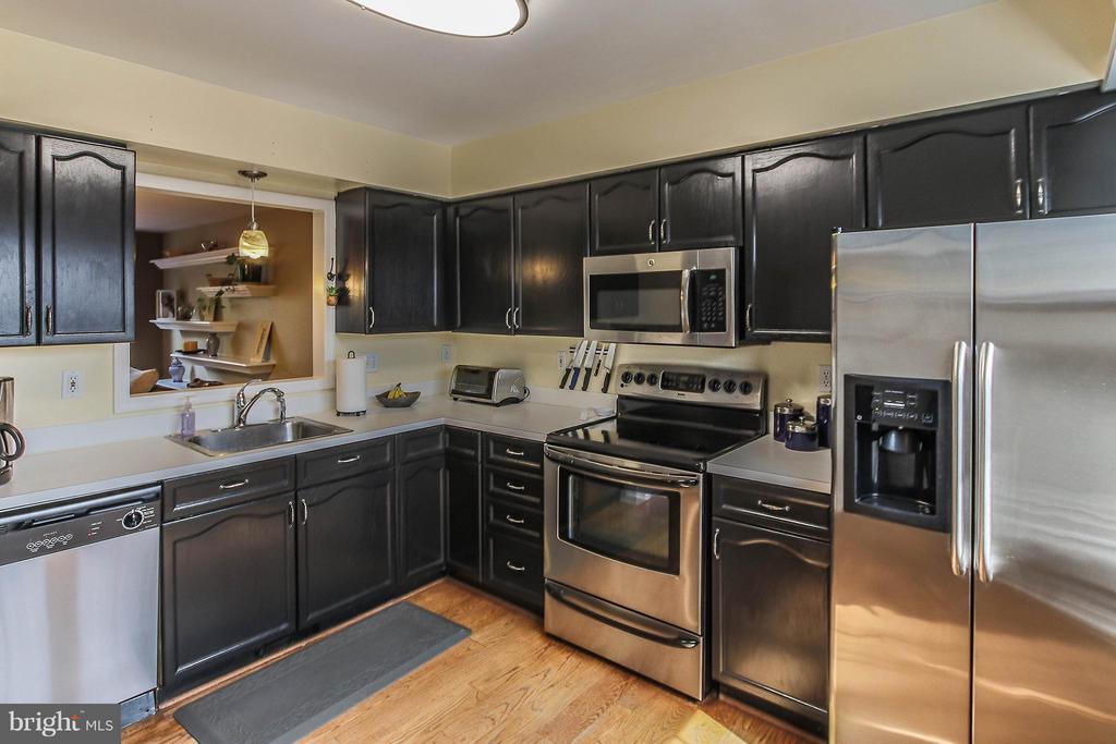 Bright kitchen boasts hdwed floors and SS appls - 545 RICHMOND SQ NE, LEESBURG
