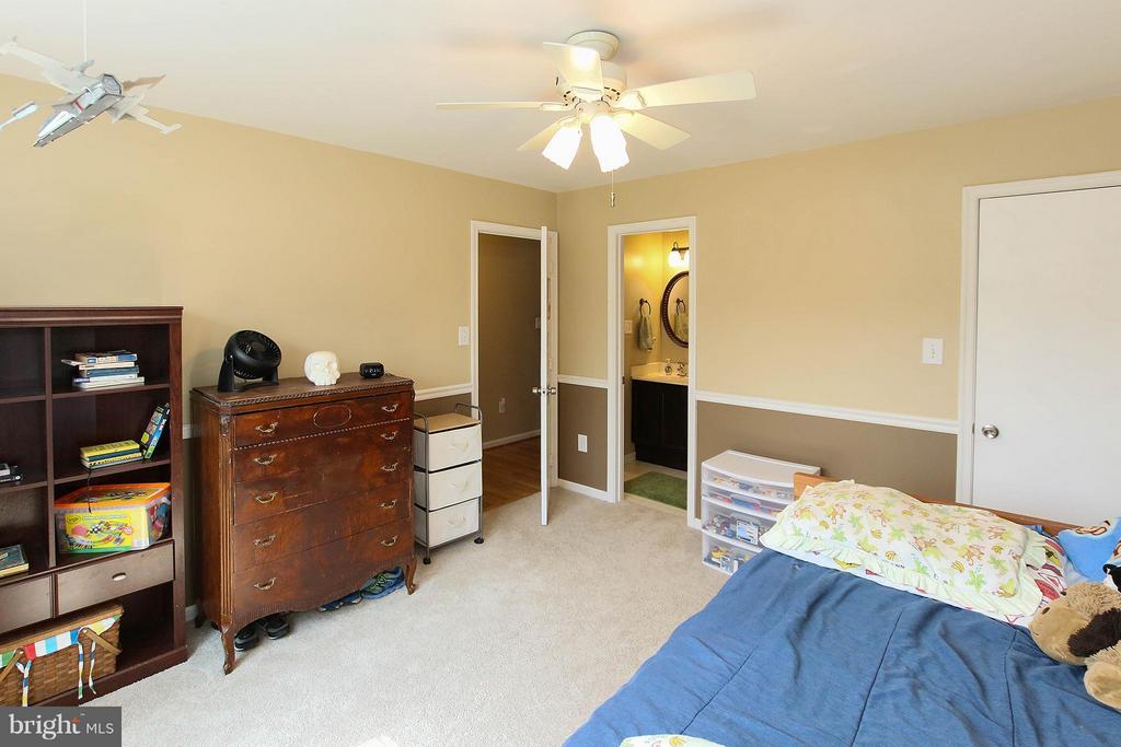 Lower level bedroom - 545 RICHMOND SQ NE, LEESBURG