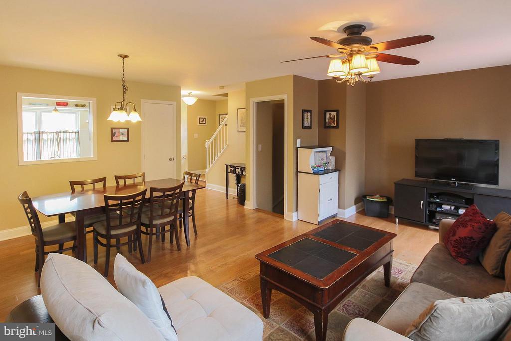 Open floor plan features pass thru to kitchen - 545 RICHMOND SQ NE, LEESBURG