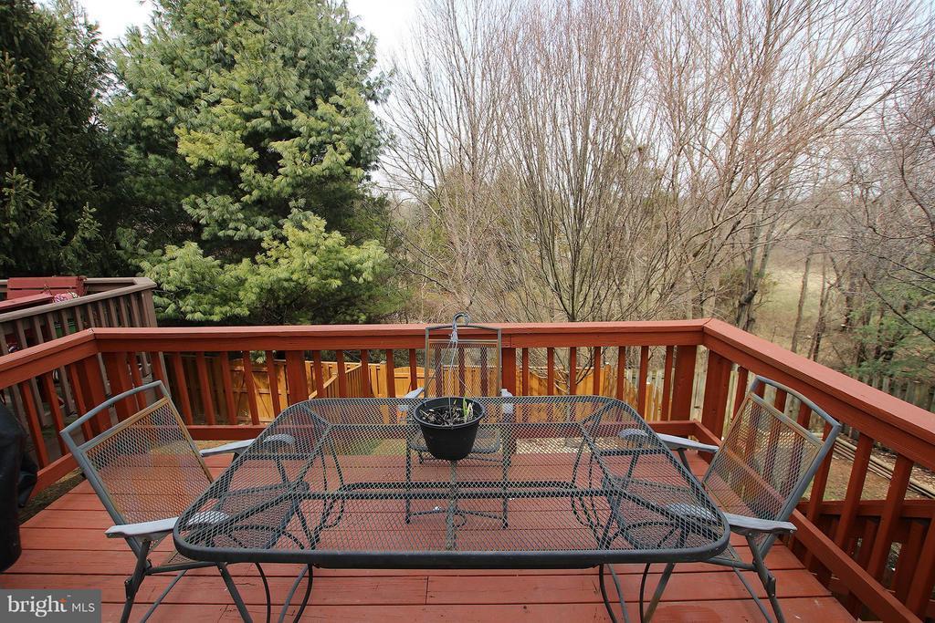 Wood deck with peaceful wooded views - 545 RICHMOND SQ NE, LEESBURG