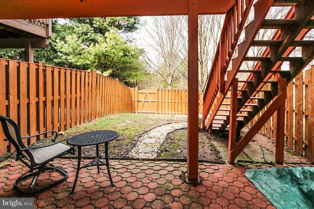 Private yard with brick patio - 545 RICHMOND SQ NE, LEESBURG