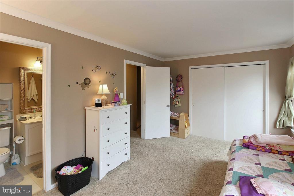 This one has a wardrobe closet - 545 RICHMOND SQ NE, LEESBURG