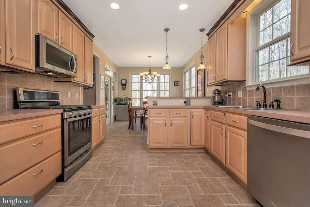 Ceramic tile and lots of cabinets - 103 MONTICELLO CIR, LOCUST GROVE