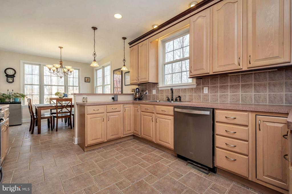Nice large kitchen - 103 MONTICELLO CIR, LOCUST GROVE