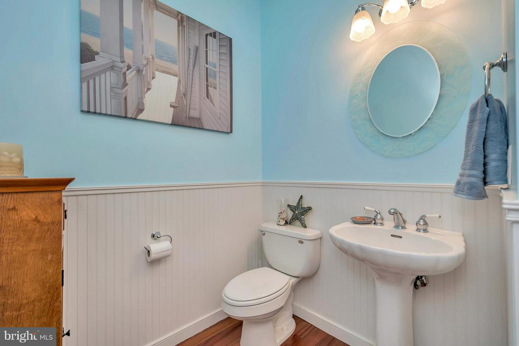 Main level half bath with linen closet - 103 MONTICELLO CIR, LOCUST GROVE