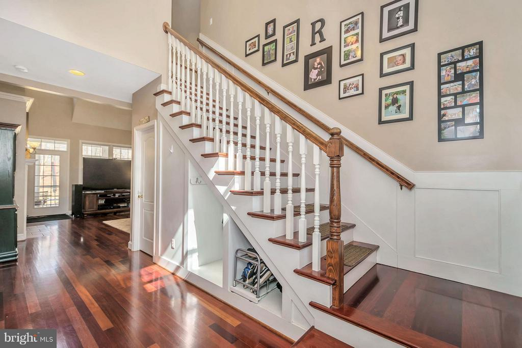 Impressive entry with gorgeous cherry floors - 103 MONTICELLO CIR, LOCUST GROVE