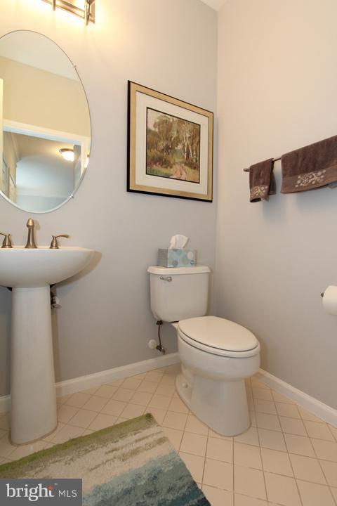Main level powder bathroom - 43607 RYDER CUP SQ, ASHBURN