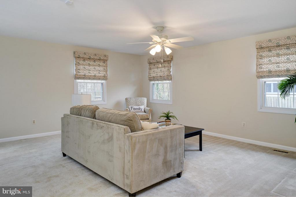 Large & bright living room - 12931 POINT PLEASANT DR, FAIRFAX
