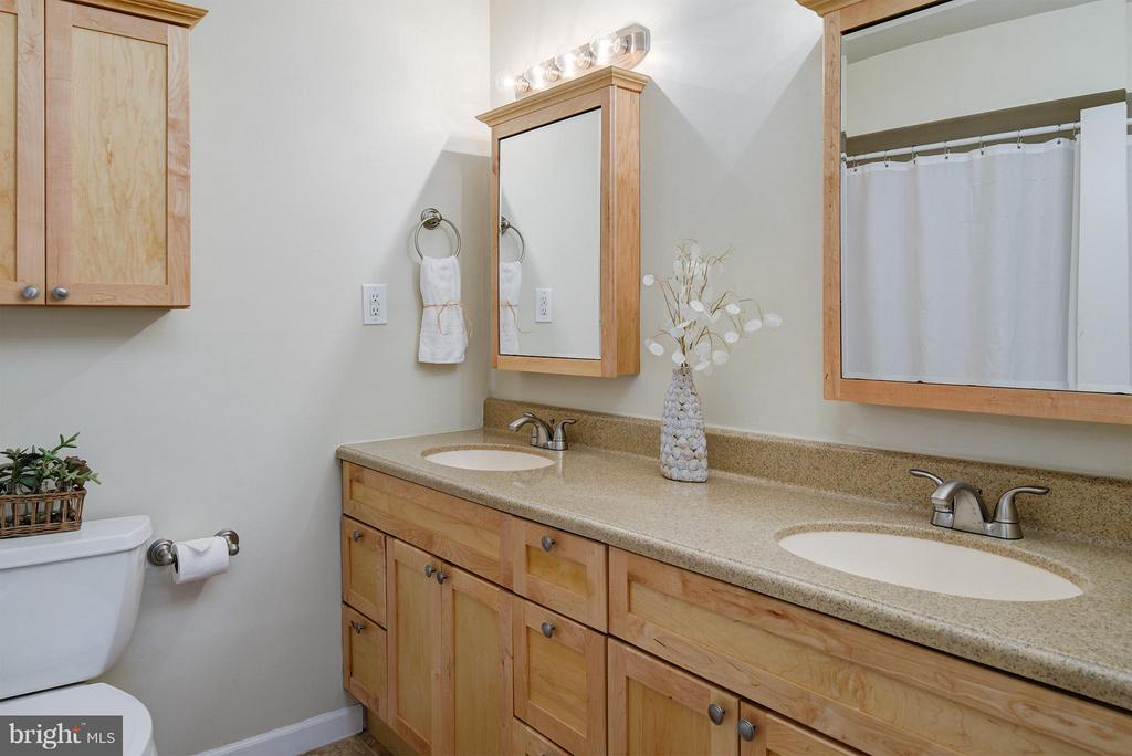 Updated hall bath - 12931 POINT PLEASANT DR, FAIRFAX