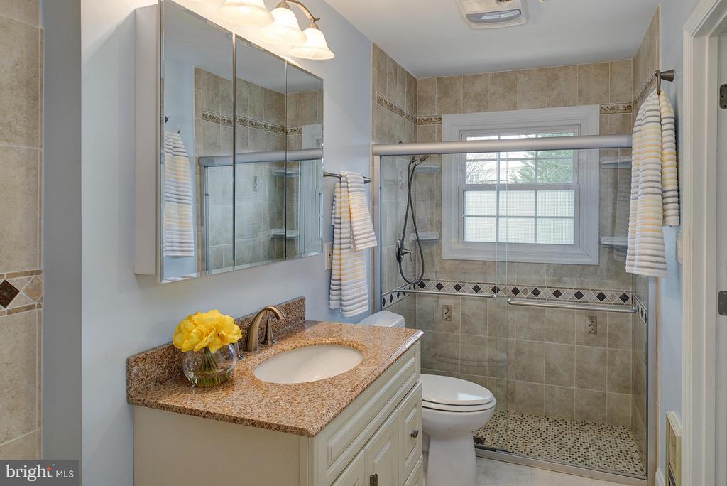 Upgraded bath w/sep. shower & heat lamp - 12931 POINT PLEASANT DR, FAIRFAX