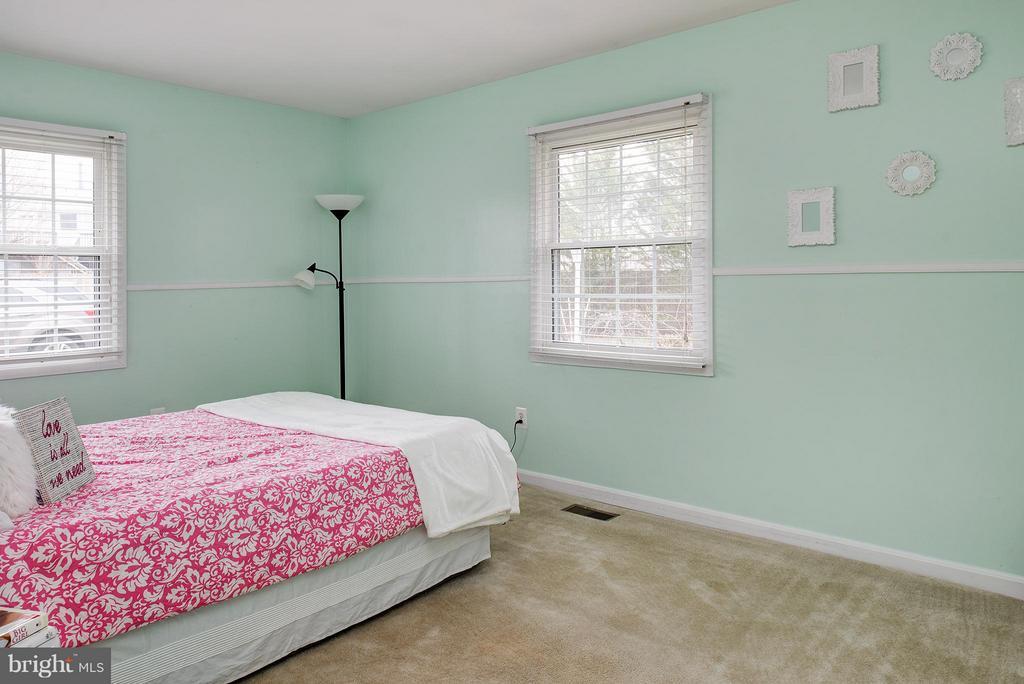 Spacious bedroom & great light - 12931 POINT PLEASANT DR, FAIRFAX