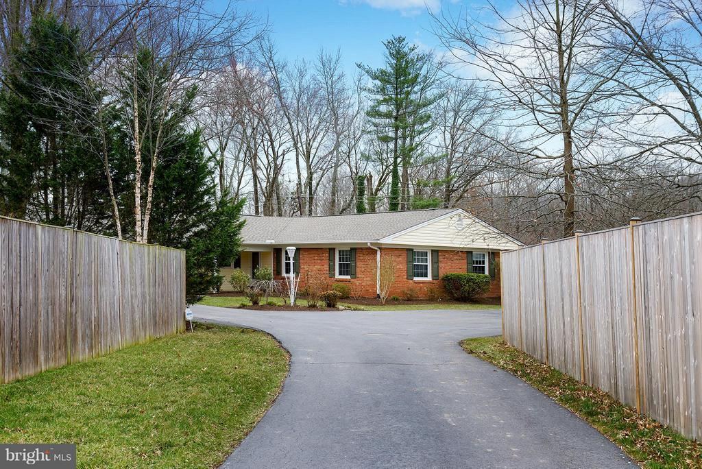 Secluded lot 100 feet from street - 12931 POINT PLEASANT DR, FAIRFAX