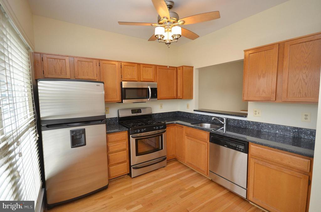 Updated Kitchen with Granite and Stainless Steel - 528 BRECKINRIDGE SQ SE, LEESBURG
