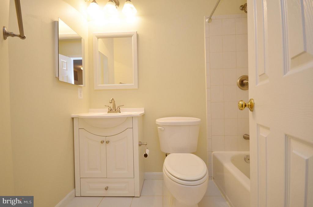 Hall Bathroom - 528 BRECKINRIDGE SQ SE, LEESBURG
