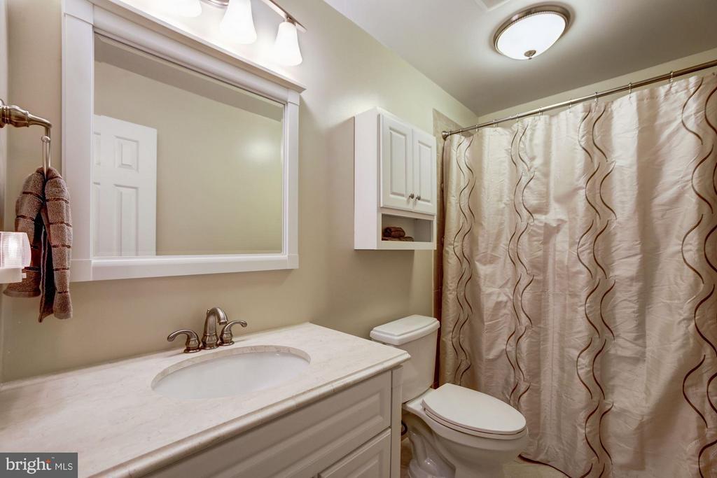Hallway/2nd Full Bath - 9324 HEATHER GLEN DR, ALEXANDRIA