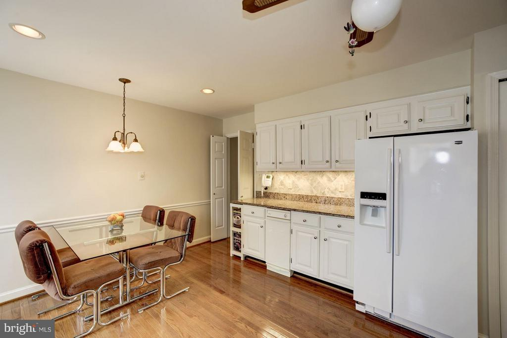 Updated Kitchen with Ample Table Space and Granite - 9324 HEATHER GLEN DR, ALEXANDRIA