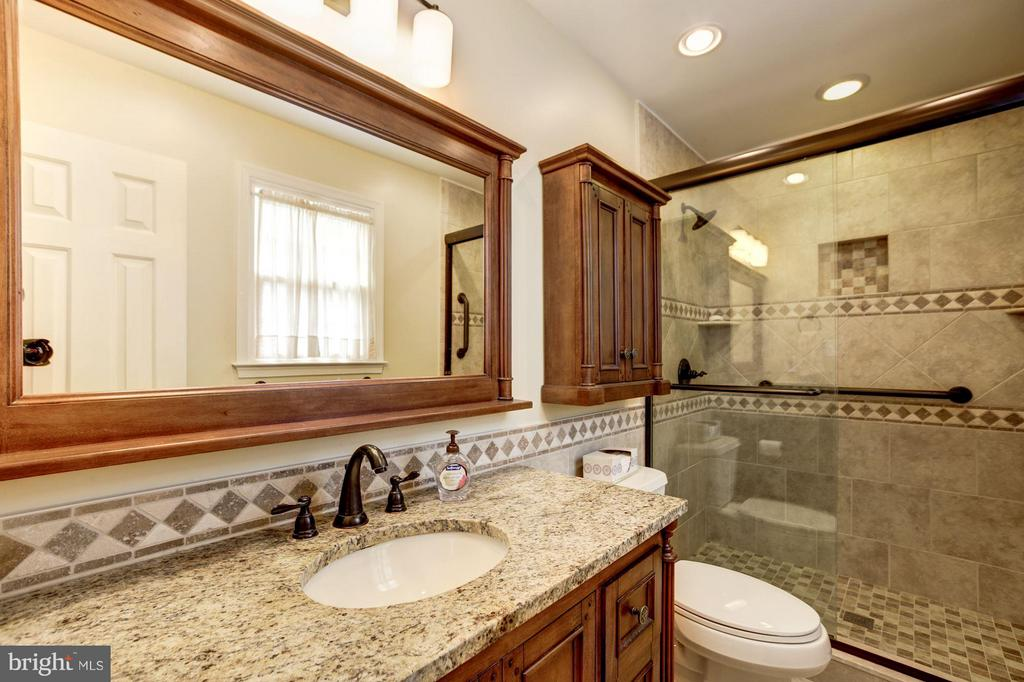 Updated (lovely!) Master Bath! - 9324 HEATHER GLEN DR, ALEXANDRIA