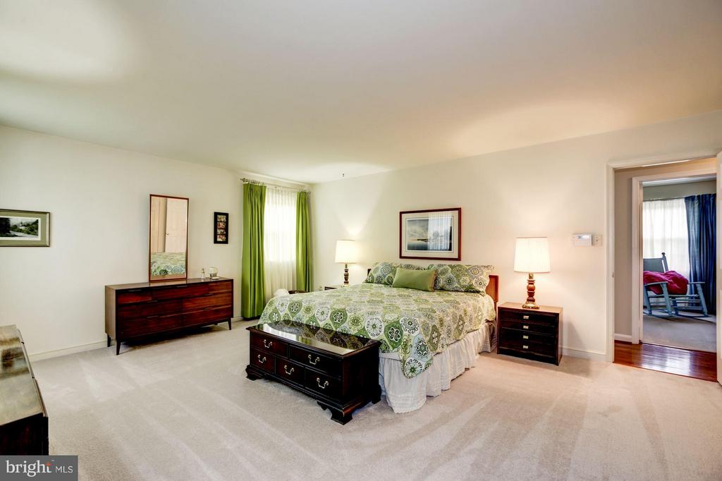 Huge Master Bedroom with Walk-in Closet - 9324 HEATHER GLEN DR, ALEXANDRIA