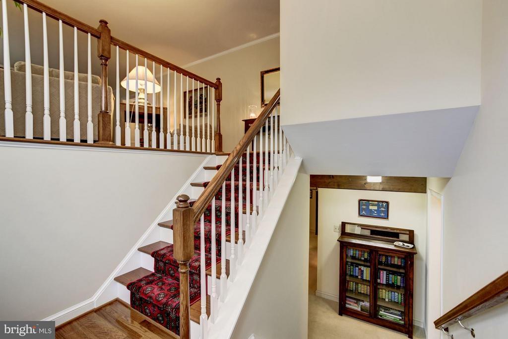 Generously Sized Foyer with Hardwood Floors - 9324 HEATHER GLEN DR, ALEXANDRIA