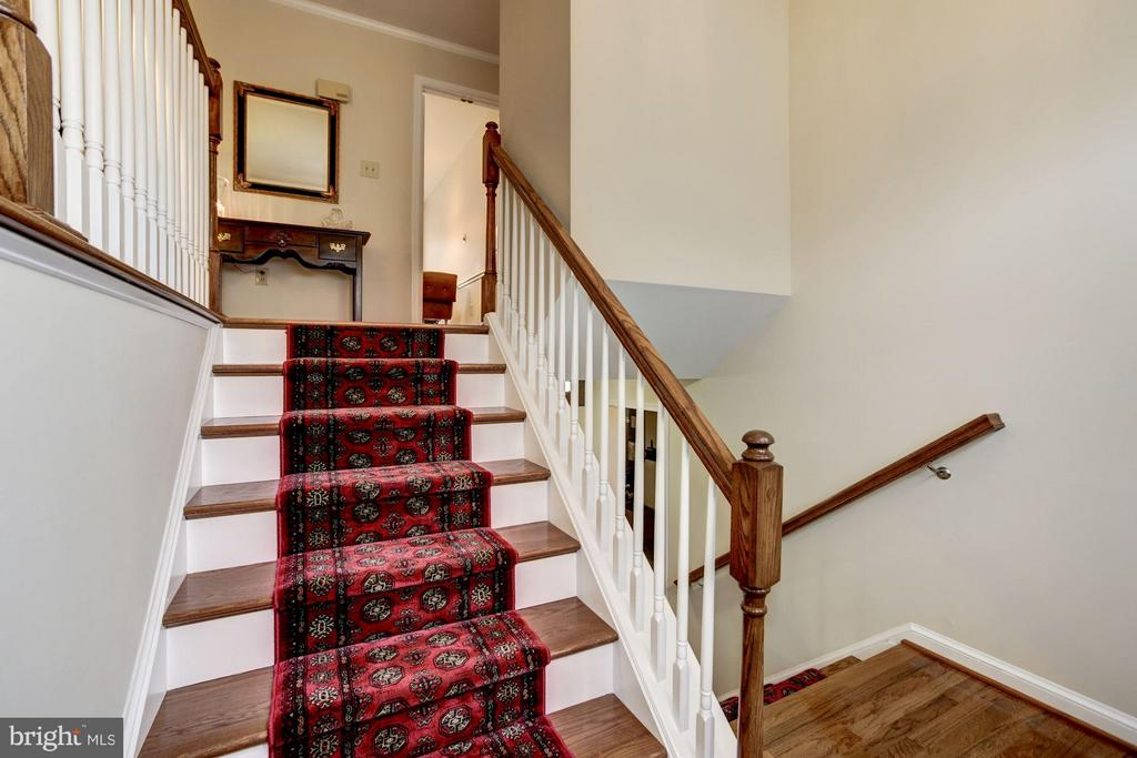 Generously Sized Foyer with Hardwood Floors - 9324 HEATHER GLEN DR, ALEXANDRIA