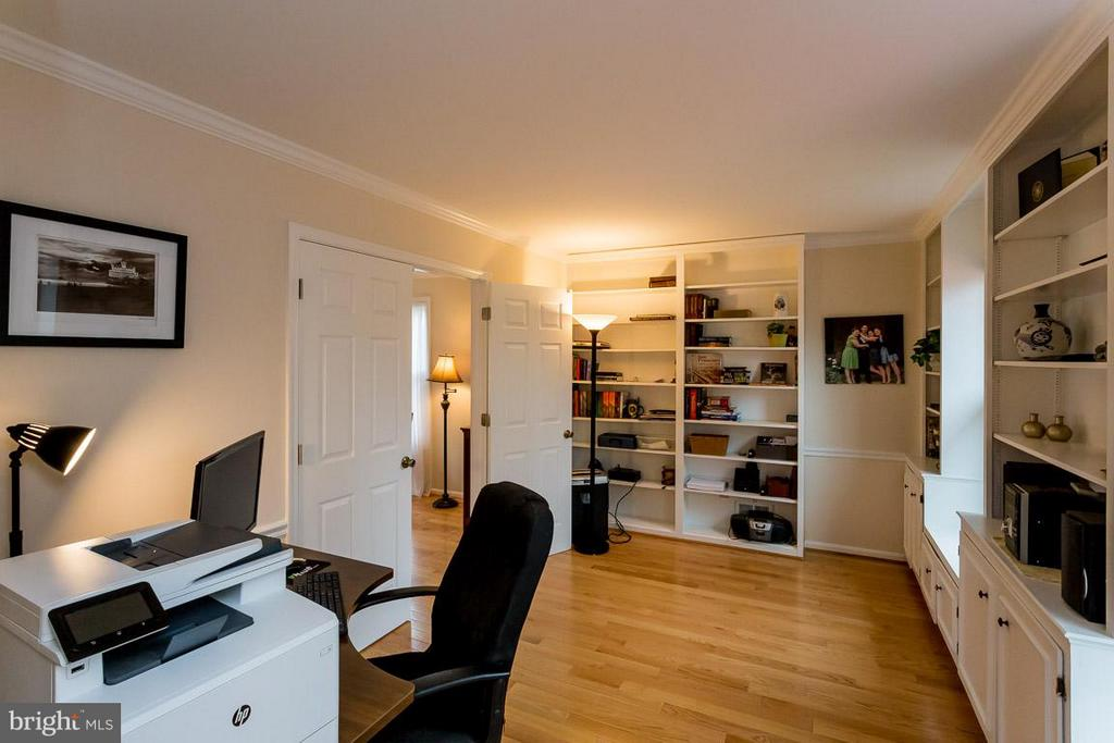 Office with built in storage and displays - 2527 HEATHCLIFF LN, RESTON