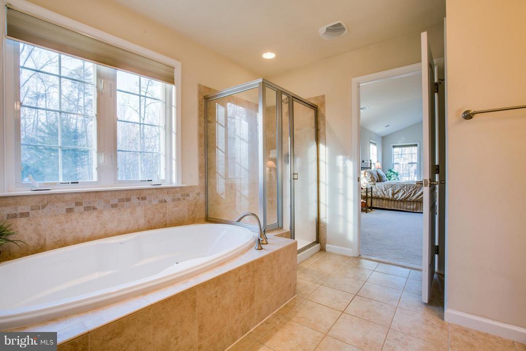 Spa day! Soak away your worries in tiled tub - 51 JANNEY LN, FREDERICKSBURG