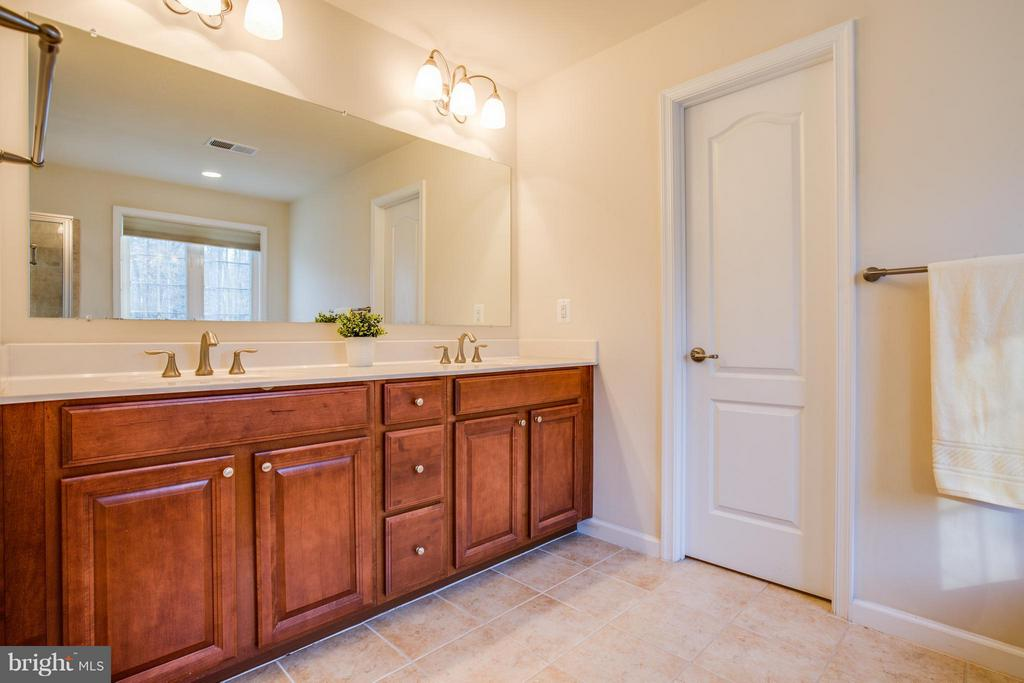 Luxury + function! Cherry cabinets and 2X vanities - 51 JANNEY LN, FREDERICKSBURG