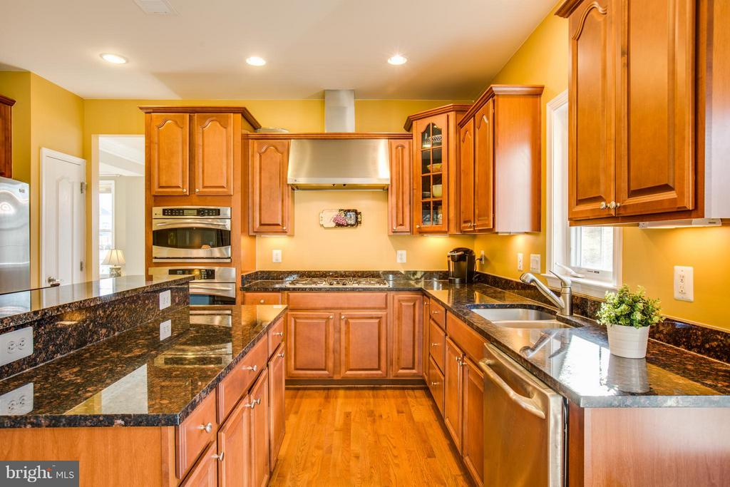 Chef's dream! Double oven, gas stove & hood. - 51 JANNEY LN, FREDERICKSBURG