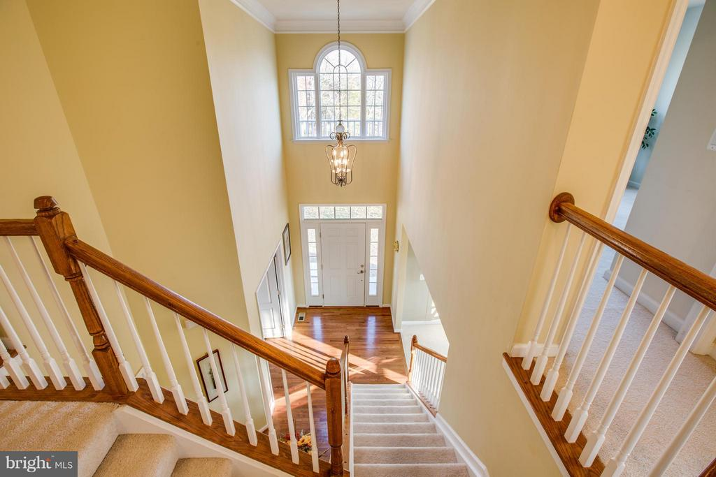Great lighting! Open 2-level foyer welcomes guests - 51 JANNEY LN, FREDERICKSBURG