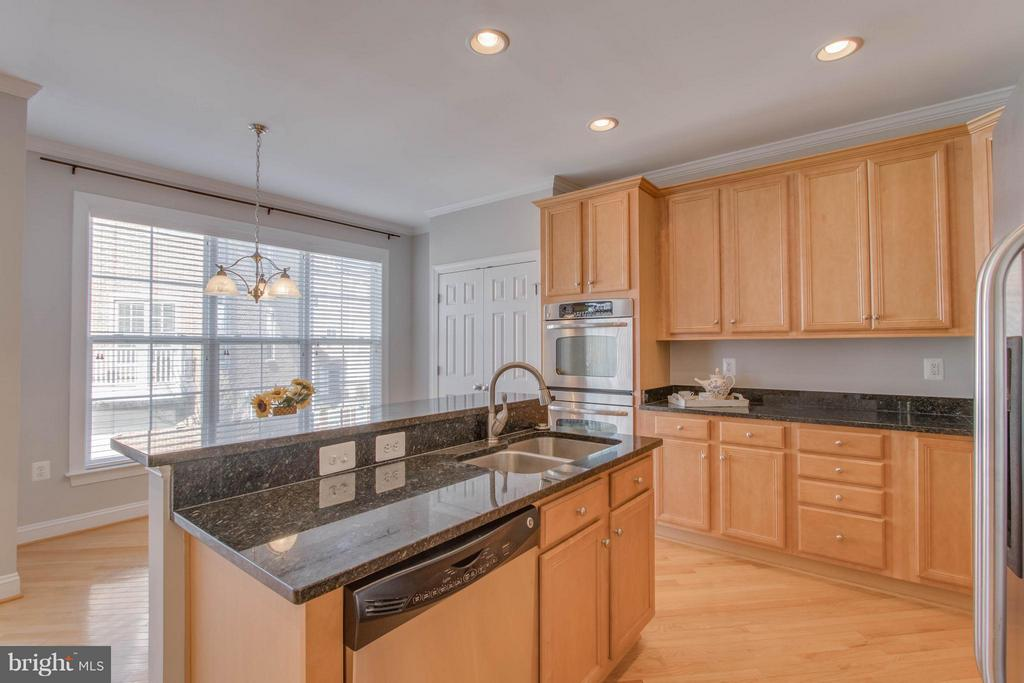 LIght airy windows in kitchen - 800 BRANCH DR, HERNDON