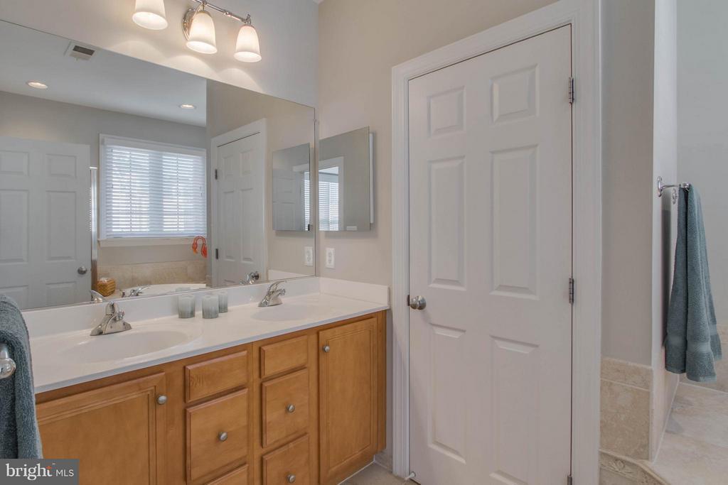 2 Sink vanity - 800 BRANCH DR, HERNDON