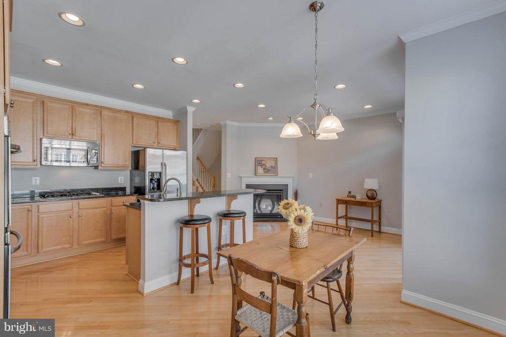 Large kitchen family room - 800 BRANCH DR, HERNDON