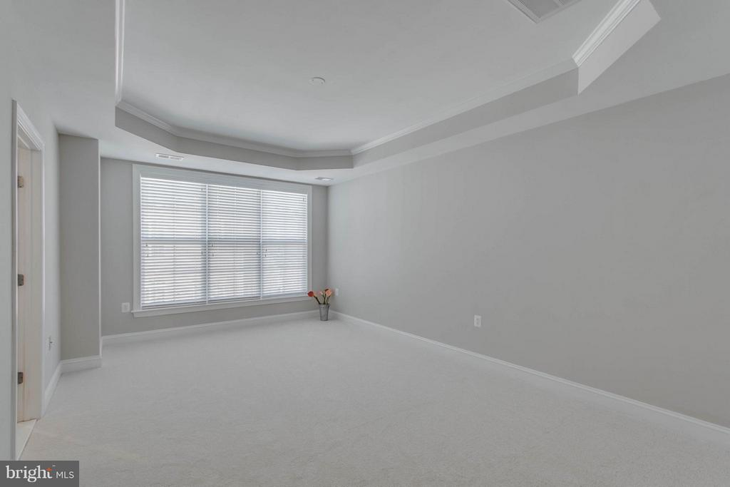 Large master bedroom with two walk in closets - 800 BRANCH DR, HERNDON