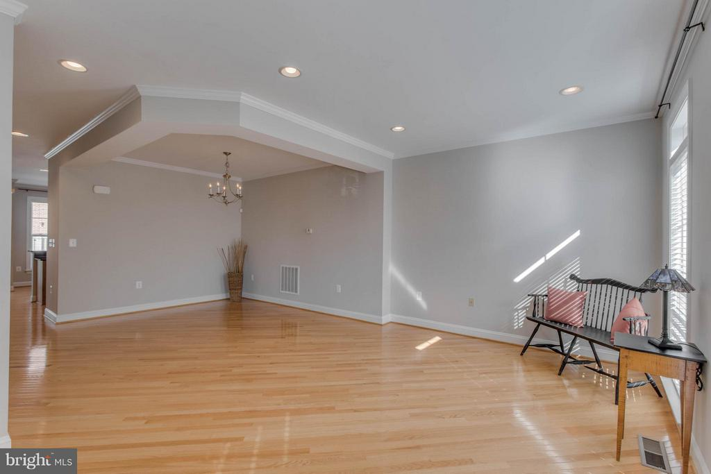 Spacious living room - 800 BRANCH DR, HERNDON