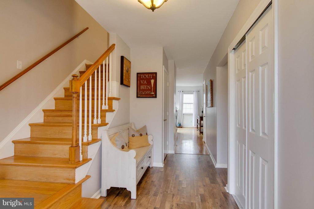 Front foyer welcomes you home - 6058 TAMMY DR, ALEXANDRIA