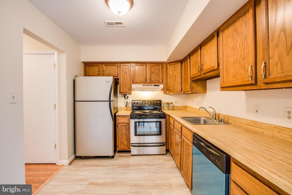 Kitchen - 305 SURRY LN, STAFFORD