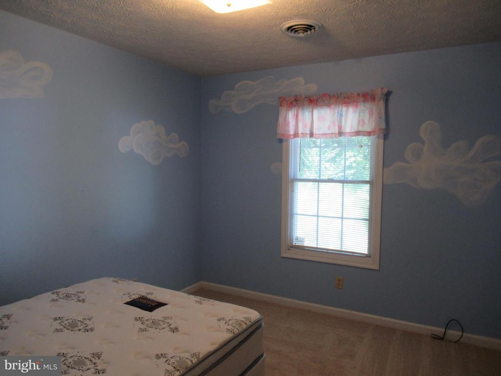 Dreamy clouds in this bedroom - 185 DOGWOOD DR, LOUISA