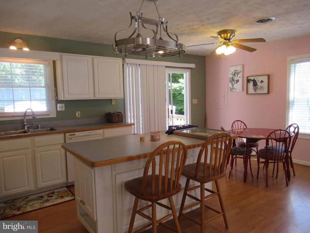 Notice the nice pot rack above the island - 185 DOGWOOD DR, LOUISA