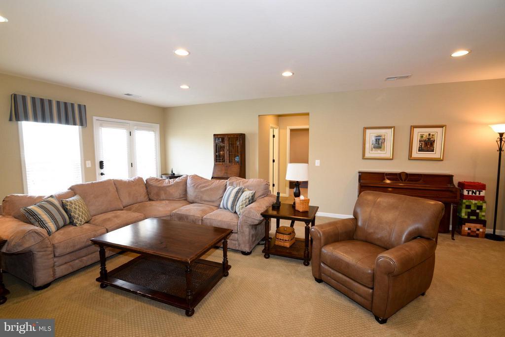 Finished lower level family room - 21275 FAIRHUNT DR, ASHBURN