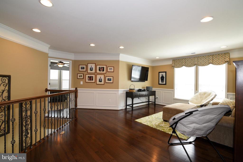3rd floor loft with hickory floors - 21275 FAIRHUNT DR, ASHBURN